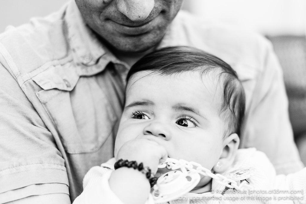 Bajo la atenta sonrisa de su padre